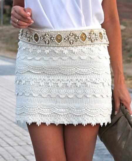 сбелая короткая кружевная юбка модная