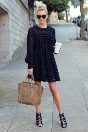 фото-синее-бархатное-платье-и-бежевая-сумка-мода