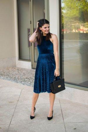 фото-синее-бархатное-платье-и-сччерная-сумка