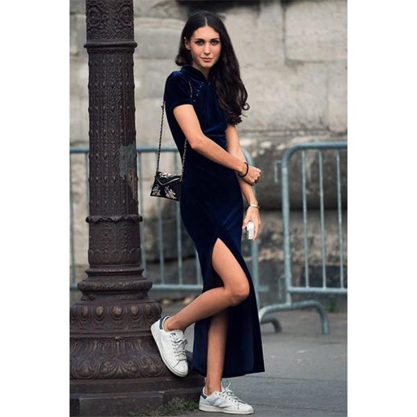 фото-синее-бархатное-платье-с-кроссовками