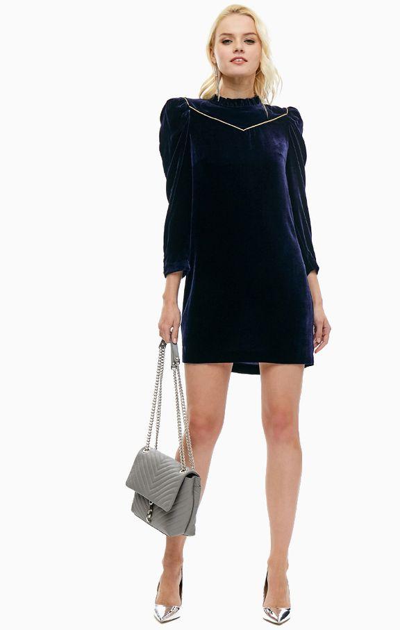 фото-синее-бархатное-платье-с-серебрянными-туфлями
