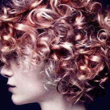 Тренд – кудрявые волосы.
