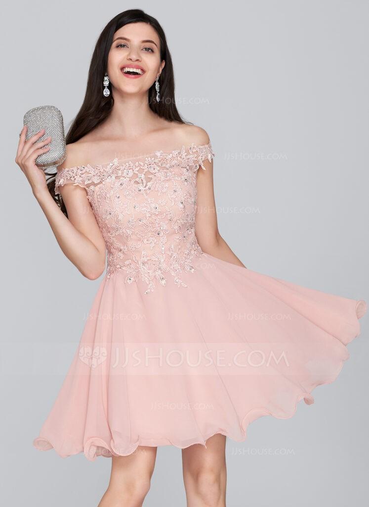 фото короткое розовое выпускное платье и серебряный клатч