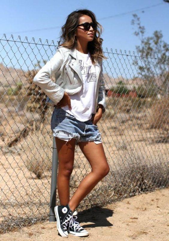 фото джинсовые шорты и кеды и кроссовки