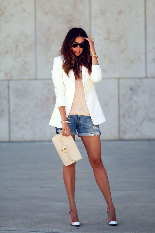 фото джинсовые шорты, белый пиджак и туфли на каблуках
