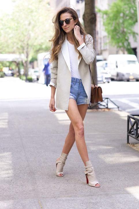 фото джинсовые шорты и пиджак работы деловой стиль