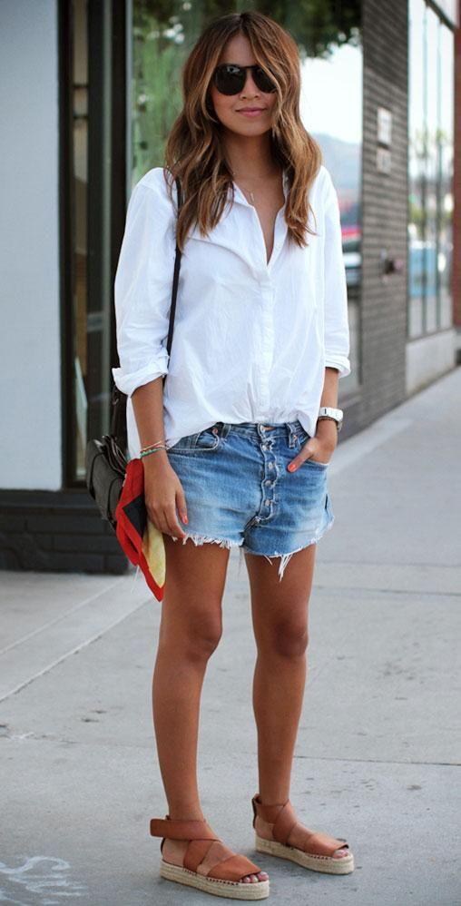 фото белая рубашка и джинсовые шорты