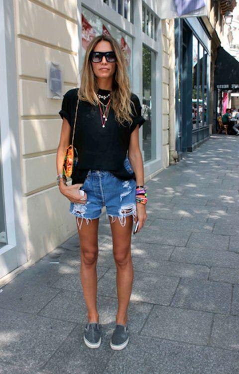 фото джинсовые шорты и черная футболка