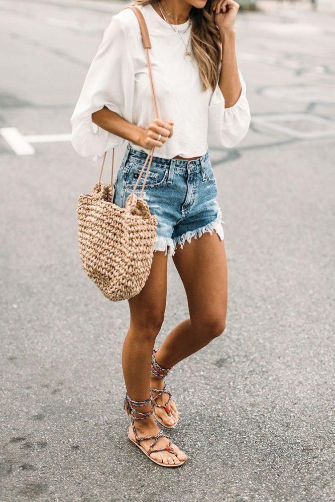 фото джинсовые шорты пляж лето и соломенная сумка