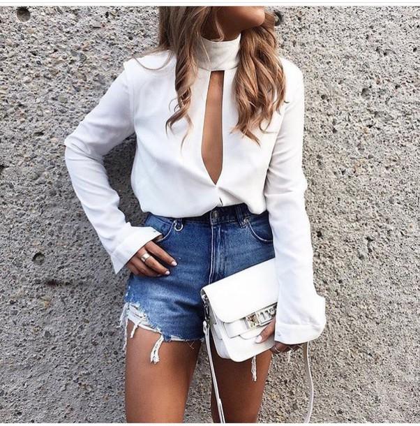 фото джинсоваые шорты и белая блузка