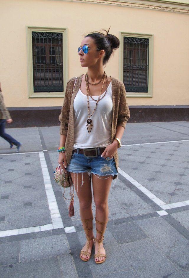 фото джинсовые шорты и белая майа и ремень