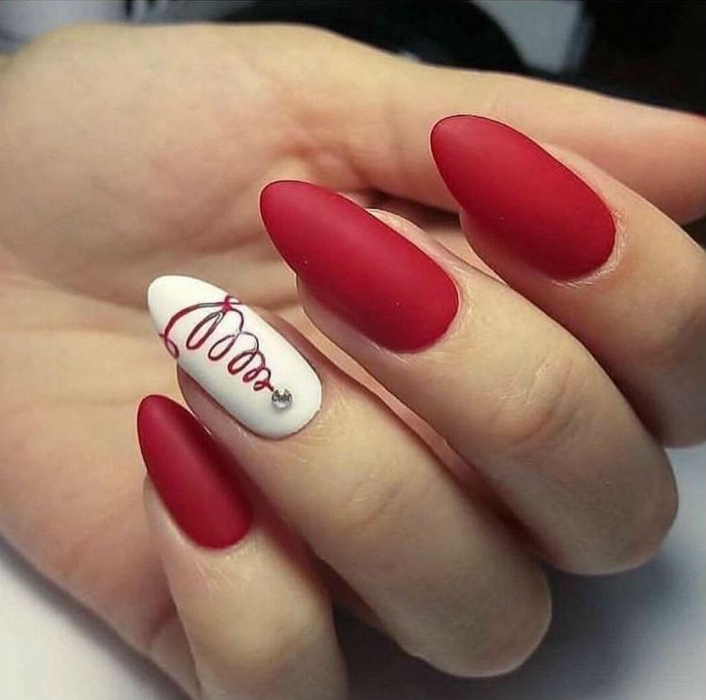 Красный матовый маникюр с дизайном
