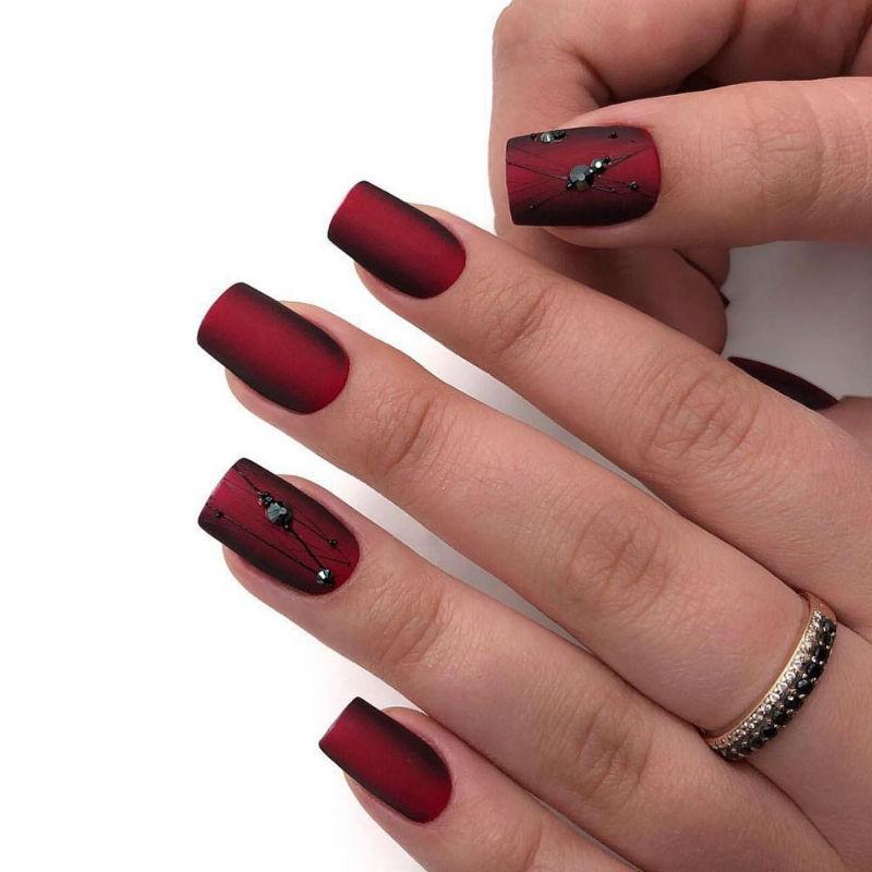 темно-красный матовый маникюр с дизайном
