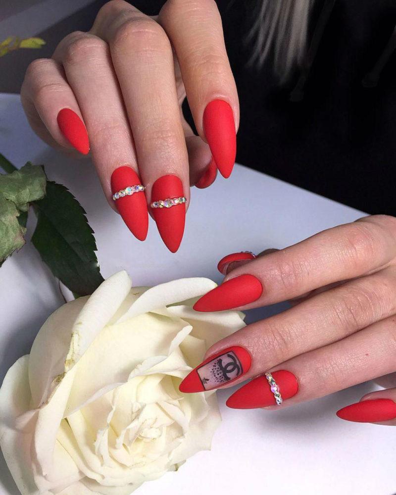красные матовые ногти с дизайном 2021