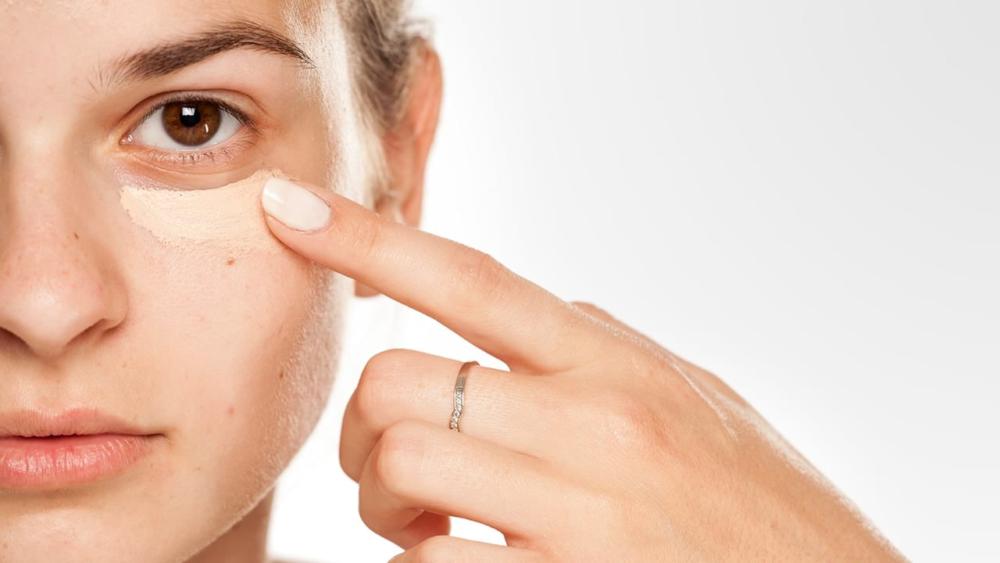 Как замаскировать мешки под глазами с помощью косметики