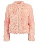 меховая розовая куртка