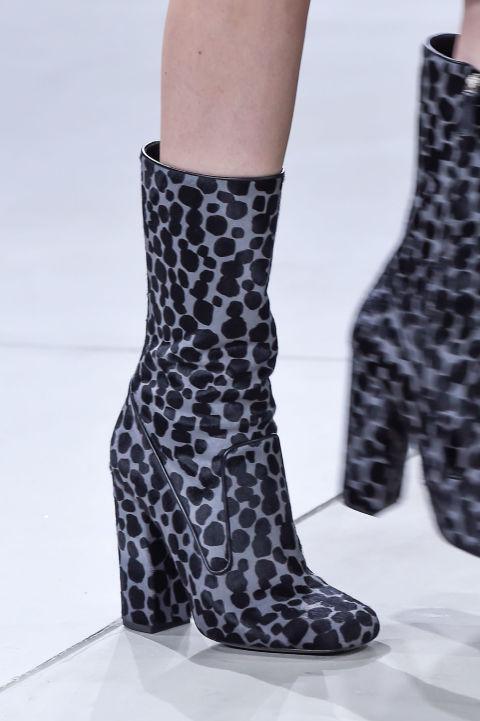 Из года в год женская обувь становится все более разнообразной. Этому способствуют именитые дизайнеры, в коллекциях которых на ближайший сезон осень-зима найдутся модные решения на любой вкус. Модная обувь 2017 порадует своим многообразием - розовые ботфорты, животные и змеиные расцветки, шнуровка как на корсете, обувь из бархата и обилие ремешков – все это и многое другое вы найдете в обувных коллекциях грядущего сезона. Острый носок Фаворит осеннее-зимнего сезона. К традиционному внешнему виду добавилось несколько новых аксессуаров. Рядом с острым высоким каблуком популярны будут остроконечные модели с низким плоским ходом. Они такие же стильные и женственные, но имеют еще одно неоспоримое преимущество – возможность много ходить в течение дня и вести более активный образ жизни. Обувь с острым носком на низком ходу представлена в коллекциях Christian Dior, Marni, Giorgio Armani, Emilio Pucci. модная обувь осень зима 2016 2017 острый носок Бархат Один из абсолютных трендов сезона осень-зима 2016-2017. Мировые законодатели моды резко отбросили привычный черный цвет, заменив его насыщенными синим и зеленым. Не менее эффектно смотрятся бордовый и шоколадный цвета бархата, актуальные в грядущем сезоне. К примеру, бархатная обувь кофейных оттенков – изюминка коллекции See by Chloé. Чтобы подчеркнуть изысканность тренда, к такой обуви рекомендуется подбирать контрастные по цвету колготки и гетры. модная обувь осень зима 2016 2017 бархатная обувь Обойные и животные принты Среди свежих трендов – обувь, которая по расцветке так напоминает обои и мебельную обивку. Фаворитами модных показов стали модели под окраску кожи хищников. Хищные принты теперь украшают все изделие – от носка до каблука. Фактура рептилий Змеиная текстура смотрится на женской ножке особенно элегантно. Тем более, если сделать с таким тиснением не только верхнюю часть сапога, но и каблук. Такое новшество есть в Christian Dior, Saint Laurent, Givenchy и других известных коллекциях. Природность окраски предпо